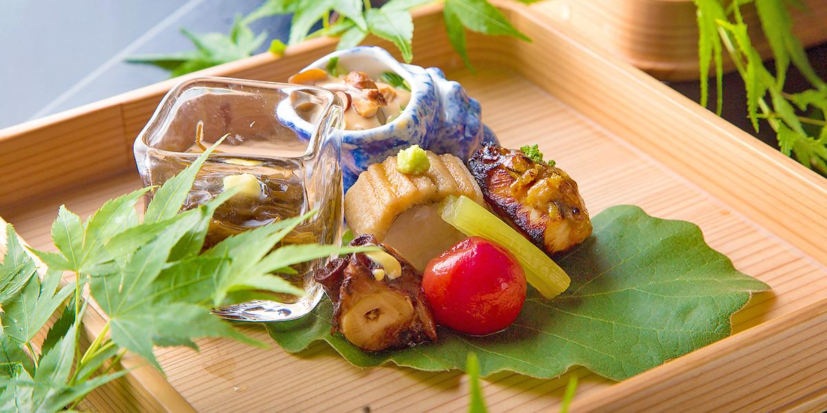 清流の音と、蛍の灯りが高める、日本料理の至福。