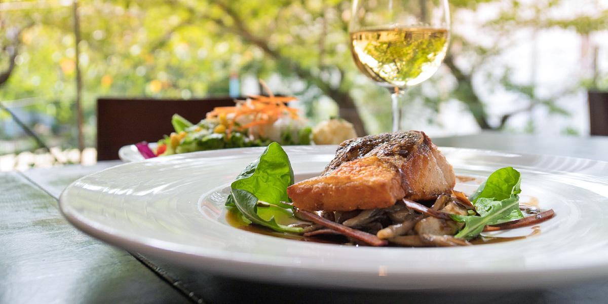 「ラッキー」を呼ぶ高津宮の境内にある リラックス感満開の木立レストラン