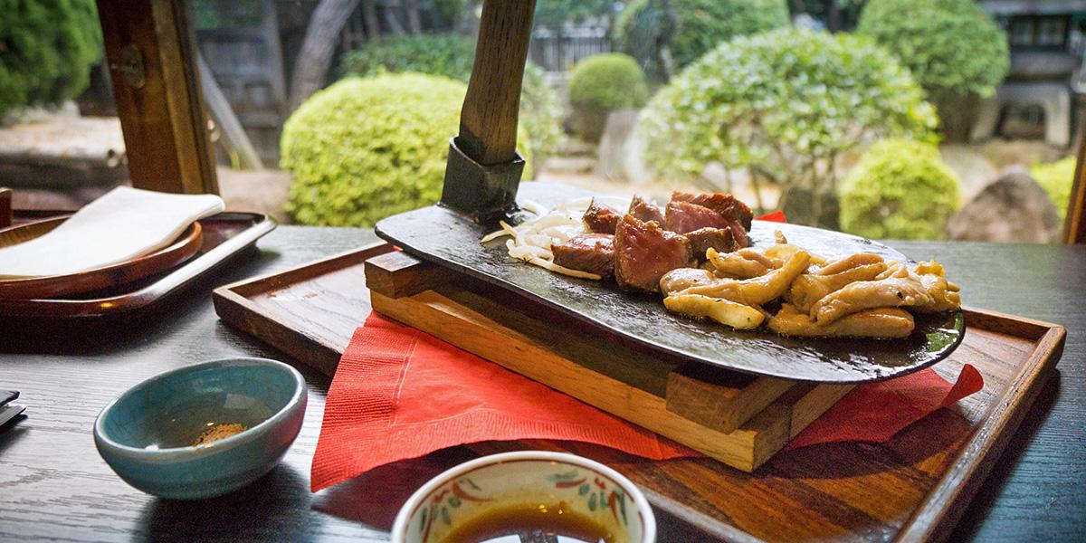もうすぐ世界遺産(!?)の紅葉を至近距離で。 築160年の元料亭で味わうステーキ