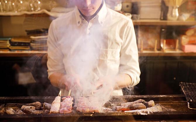 店主が選ぶ珠玉の日本酒やワインと楽しみたい。炭火で焼き上げる大人の焼鳥